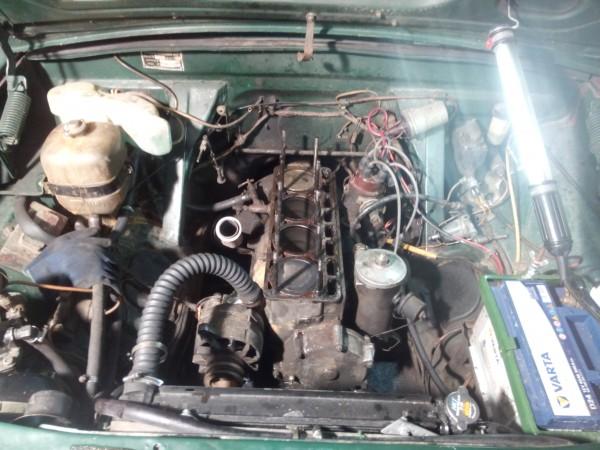 Motorrummet med topplocket borttagen (GAZ 24 Volga)